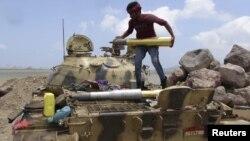 Ємен: боєць вірних урядові військ готує танк до бою біля Адена, 15 квітня 2015 року