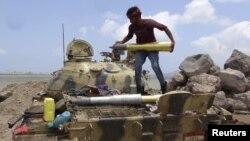 Йемен президенті Абд-Раббу Мансур Хадиге жақтас сүнниттік жасақтар Аден қаласына шабуылға дайындалып жатыр. Сәуір 2015 жыл.