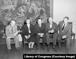 Слева направо Аллен Тейт, Леони Адамс, Томас Стернз Элиот, Теодор Спенсер и Роберт Пенн Уоррен, 1948