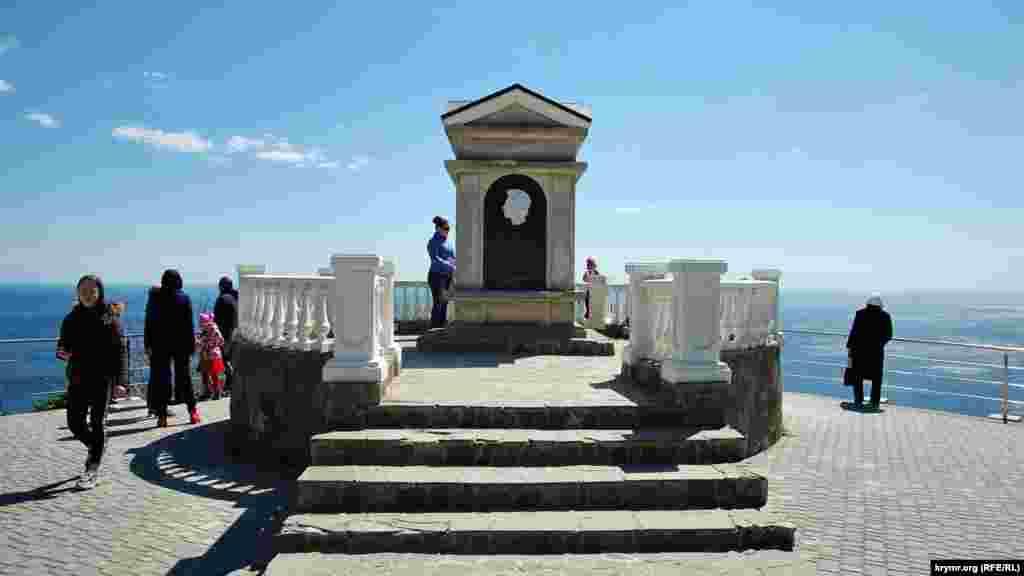 На нижній терасі парку встановлений якийсь «пам'ятний знак», на якому написано, що в 1820 році нібито на цьому місці зупинявся поет Олександр Пушкін