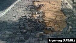 Стихия повредила в Севастополе тротуарное покрытие