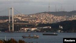 Босфор бұғазынан өтіп бара жатқан кемелер. Стамбул. Көрнекі сурет