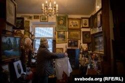На сьцяне вялікі партрэт маці Януша Ядвігі, справа — фота дзеда Францішка і бабулі Тарэсы