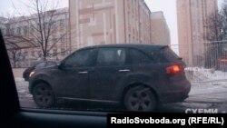 Кілька днів поспіль вранці знімальна група програми бачить машину начальника слідчого відділу зовсім не в тому районі Києва, в якому він має квартиру