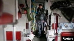 Біженці з зони бойових дій на Донбасі в тимчасовому притулку – пасажирському вагоні на станції Слов'янськ