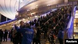 Ֆրանսիա - Պայթյուններից հետո մարդիկ լքում են Ստադ դը Ֆրանս մարզադաշտը, Փարիզ, 13-ը նոյեմբերի, 2015թ.