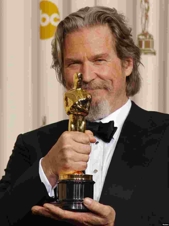 جف بریجز - جف بریجز، بازیگر «دل دیوانه» هم توانست در کسب اسکار بهترین بازیگر مرد، بازیگران شاخصی چون جرج کلونی و مورگان فریمن را پشت سر بگذارد.