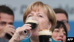 Ангела Меркель куштує місцеве пиво в Тюрингії під час передвиборчої кампанії, 2013 рік