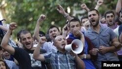 Түрмөдө отургандардын туугандары демонстрацияга чыгышты