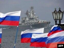 Пророссийская демонстрация у входа на базу ВМФ России в Крыму