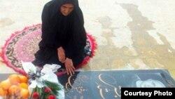 گوهر عشقی بر مزار فرزندش ستار بهشتی