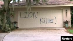 """""""Убийца льва"""" – надпись, оставленная на двери гаража загородного дома Уолтера Палмера во Флориде"""