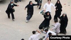 Иран әйелдері сайлау қорытындысына наразы шеруші азаматқа араша түсуде. маусым, 2009