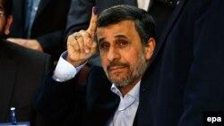 Махмуд Ахмадінеджад показує вмочений у чорнило палець після реєстрації кандидатом у виборчій комісії Міністерства внутрішніх справ Ірану, Тегеран, 12 квітня 2017 року