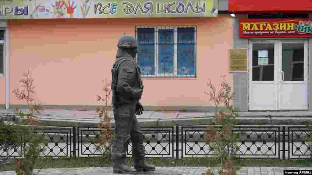 У серпні минулого року в місцевому сквері імені Воїнів інтернаціоналістів відкрили пам'ятник «ввічливим людям». Фігура «зеленого чоловічка» виглядає неприродно– ліва ступня помітно вигнута назовні. Складається враження, що у скульптури дві праві ноги