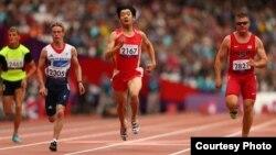 Қазақстандық паралимпиадашы Сергей Харламов (2465 нөмірлі спортшы) жарыс жолында. 2 қыркүйек. 2012 жыл. Лондон. (Сурет Паралимпиаданың ресми сайтынан алынды)
