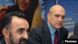Խոսքի ազատության պաշտպանության կոմիտեի նախագահ Աշոտ Մելիքյանը (աջից) եւ սոցիոլոգ Վարդան Գեւորգյանը լրագրողների հետ հանդիպմանը: 13-ը դեկտեմբերի, 2010թ.
