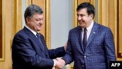 Архівне фото: Петро Порошенко (л) вітає щойно призначеного голову ОдОДА Міхеїла Саакашвілі (п), 1 червня 2015 року
