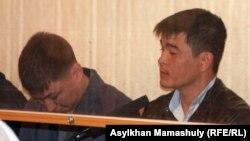 Сот залында отырған айыпталушы полиция қызметкерлері. Ақтау, 27 сәуір 2012 жыл. (Көрнекі сурет)