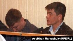 Сот залында отырған айыпталушы полицейлер. Ақтау, 27 сәуір 2012 жыл. (Көрнекі сурет)