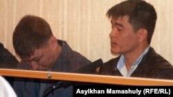 Одни из подсудимых - сотрудники полиции в зале суда, Актау, 27 апреля 2012 года.