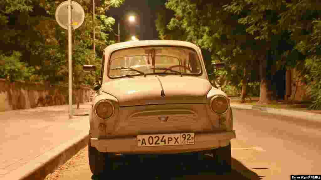 У тротуара «отдыхает» довольно редкий экземпляр ЗАЗ-965 «Запорожец» – первый автомобиль, выпущенный запорожским заводом «Коммунар» в 1960 году