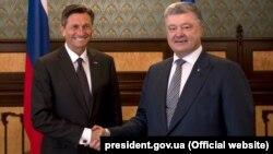 Borut Pahor (solda) ve Petro Poroşenko