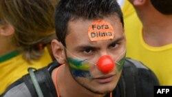 Бразилия президенті Дилма Русефке қарсы наразылық шеруіндегі демонстрант. Сан-Паулу, 15 наурыз 2015 жыл.
