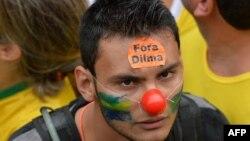 یکی از معترضان با شعار کنارهگیری دیلما روسف