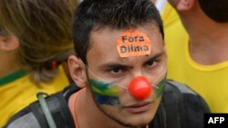 یکی از معترضان به دیلما روسف، رئیسجمهوری برکنار شده برزیل با شعار «دیلما، برو»