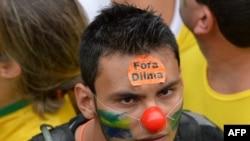 Протестующие в национальных цветах Бразилии на марше протеста против правительства президента Дилмы Руссефф, Сан-Паулу, 15 марта 2015 года.