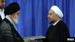 Духовный лидер Ирана аятолла Али Хаменеи (слева) и Хасан Роухани.