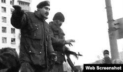 """Хусейн Исханов на площади Минутка пытается собрать подкрепление для обороны Грозного, январь 1995. Кадр из фильма """"Война"""" Алексея Балабанова"""