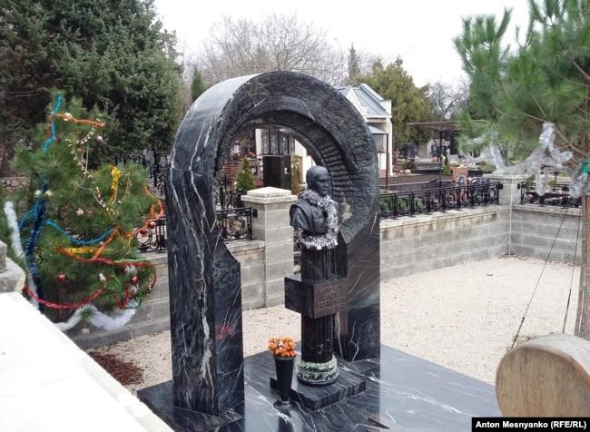 Могила похороненного в Севастополе Януковича-младшего