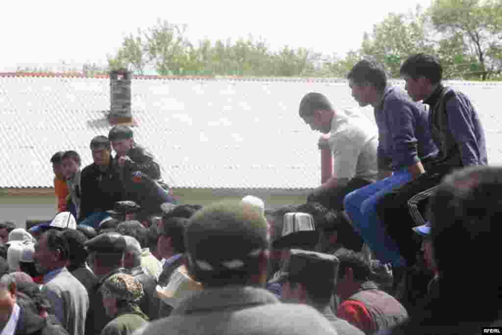 """Чогулгандар """"Ак жол"""" фракциясынан келген депутаттарга ишеним көрсөтпөй, сөз да сүйлөтпөй коюшту. - Kyrgyzstan -- Kyrgyz Lawmakers to Discuss the Cause of the Inter-Ethnic Tensions in the Town of Petrovka,30april2009"""