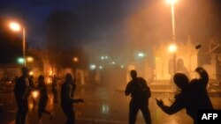 Protestuesit gjuajnë gurë në pallatin presidencial në Kajro të Egjiptit
