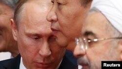Российский и китайский лидеры (слева и в центре)