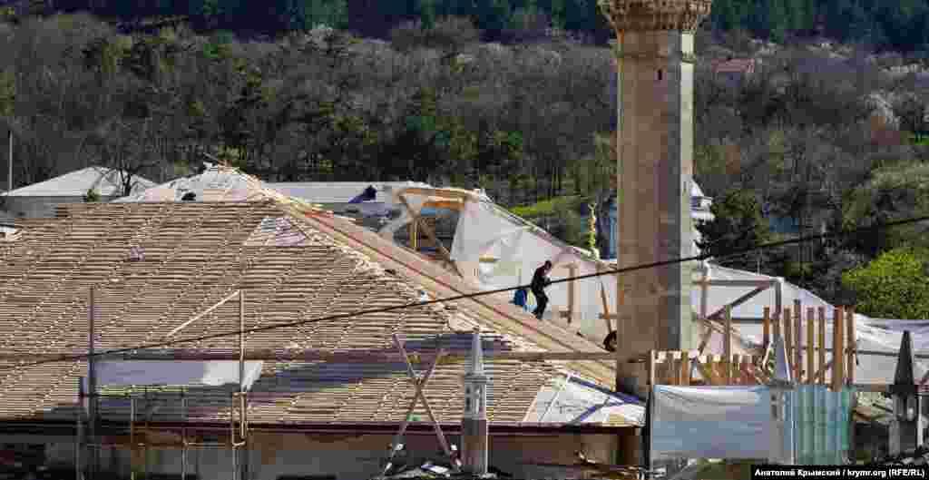 Büyük Han Camisindeki damını zemaneviy usulnen tamir eteler