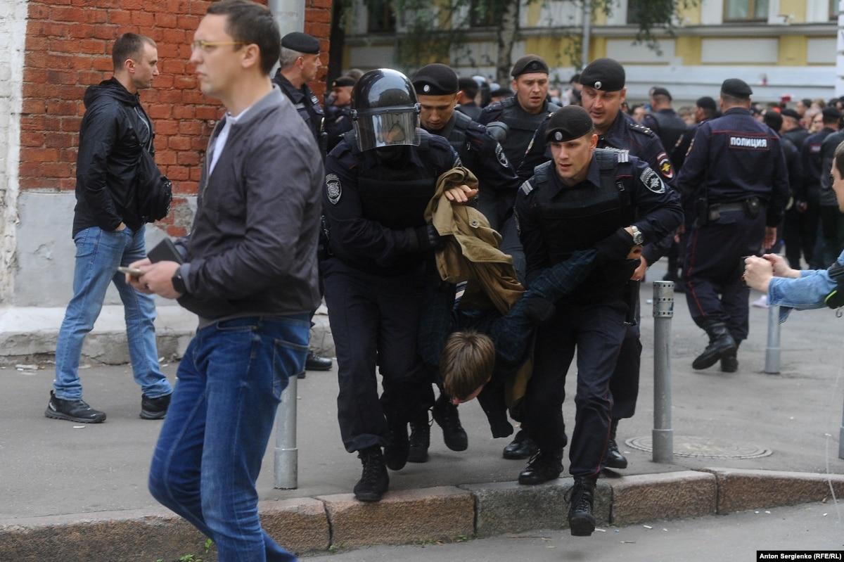 На акции в Москве относительно недопуска на выборы «независимых кандидатов» полиция задержала десятки участников