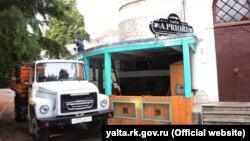 Снос летней площадки кафе «Apriori» в Ялте