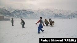 Кар жааганына сүйүнгөн хайберлик балдар. Пакистан. 8-январь 2012