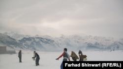 د دنګ خیبر د غرو لمن کې ماشومان پر واوره لوبې کوي.۸جنوري ۲۰۱۲م کال
