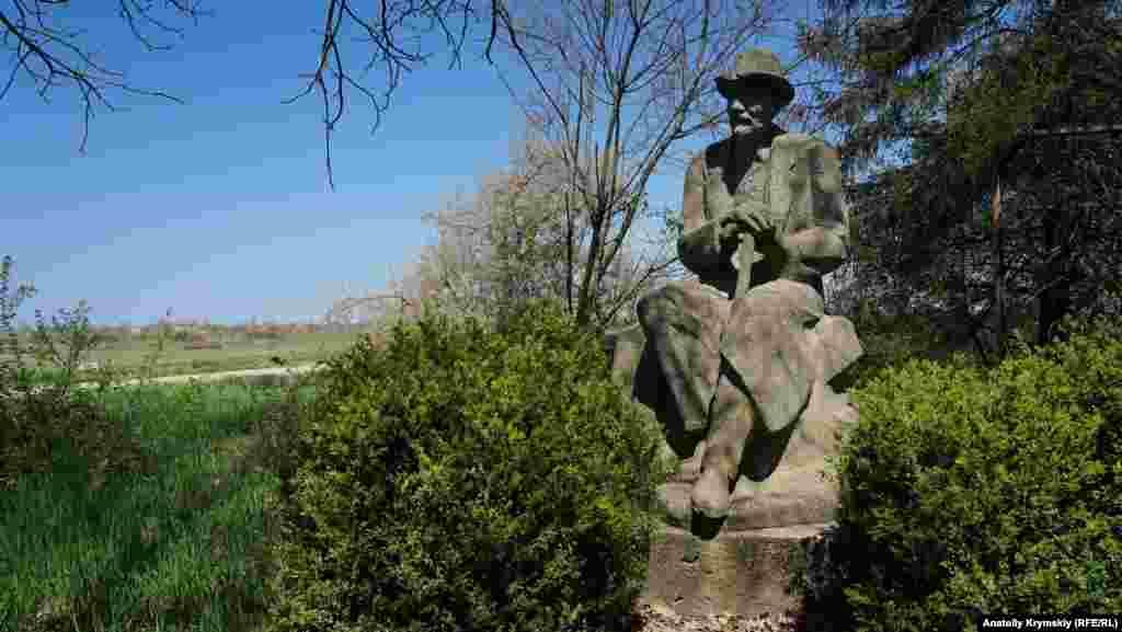 На территории станции находится памятник биологу и селекционеру Ивану Мичурину