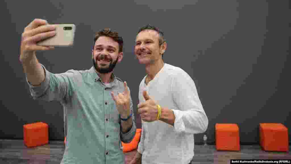 A supporter of Holos takes a selfie with Svyatoslav Vakarchuk at the party headquarters in Kyiv. (RFE/RL, Serhii Nuzhnenko)