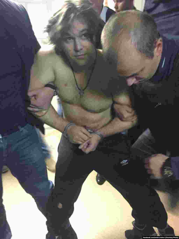 У поліції вказали на уродженця Тореза Донецької області, раніше судимого Олександра Пугачова. Підозрюваний є колишнім бійцем батальйону «Торнадо»