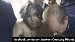 Підозрюваного у вбивстві патрульних Олександра Пугачова (у центрі) на засідання суду не доправили