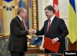 Президент України Петро Порошенко (праворуч) та президент Туреччини Реджеп Таїп Ердоган під час зустрічі у Києві. Березень 2015 року