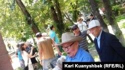 Пенсионеры на акции в Алматы с требованием повысить пенсии. Иллюстративное фото.