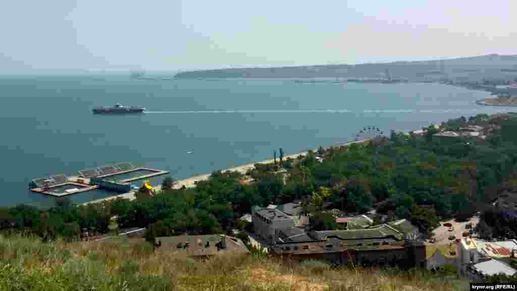 Краєвид з гори Мітрідат на будівництво мосту через Керченську протоку