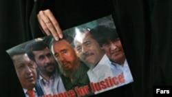 در مراسمی که هنگام بازديد رييس جمهوری نيکاراگوئه از تهران برگزار شد، تصوير محمود احمد نژادی در کنار دانيل اورتگا، هوگو چاوز و فيدل کاسترو قرار گرفت.